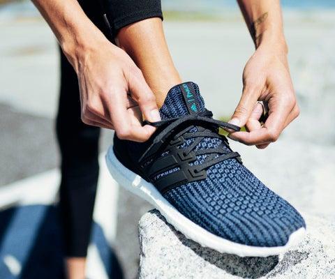 La marca Adidas lanzó sus nuevos tenis en los que se usaron 11 botellas de  plástico 04a82bfb6f24e