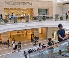 Los centros comerciales al interior en Nueva Jersey, como Garden State Plaza en Paramus, que reabrieron el lunes después de sus cierres por el covid-19.