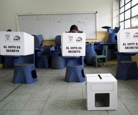 En Ecuador apenas 45% de los sufragantes registrados había emitido su voto a media tarde